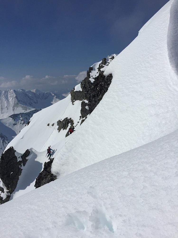 Ola og Arnt Owe klyver mot toppen. Toppunktet skimtes øverst til høyre i bildet