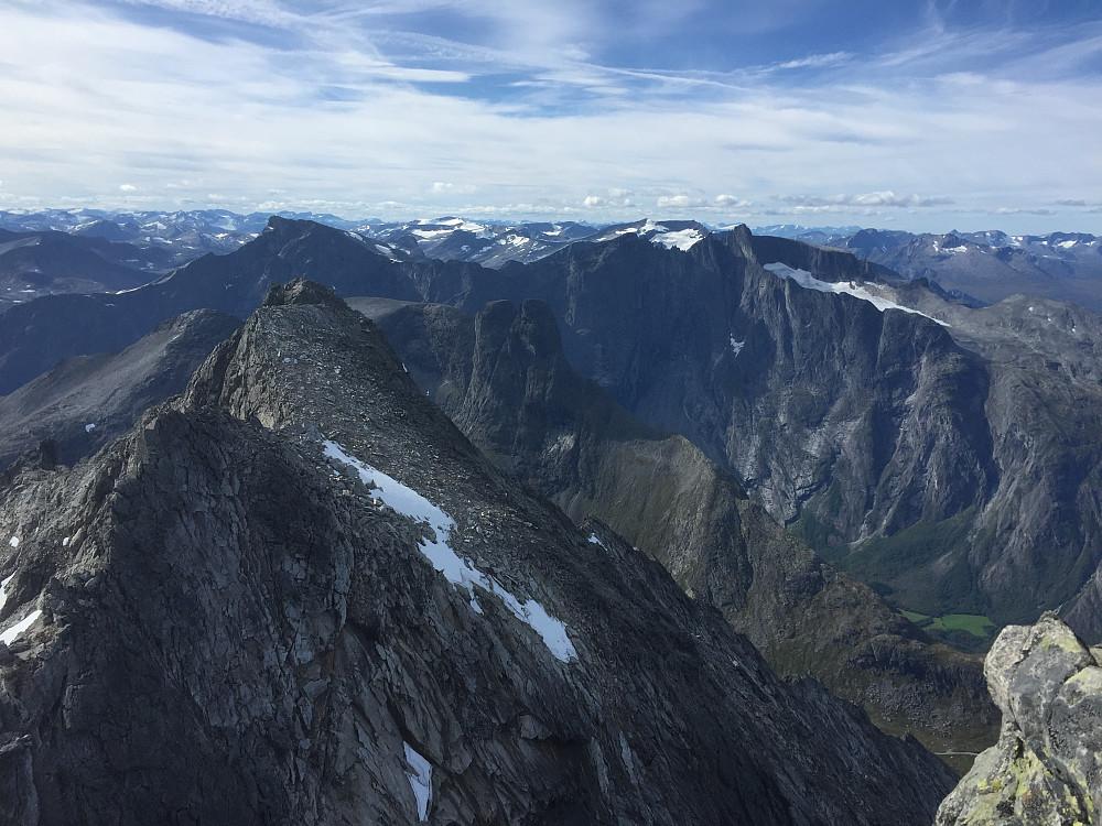 Utsikt mot Lille Venjetinden, Romsdalsgorn og Trollveggen