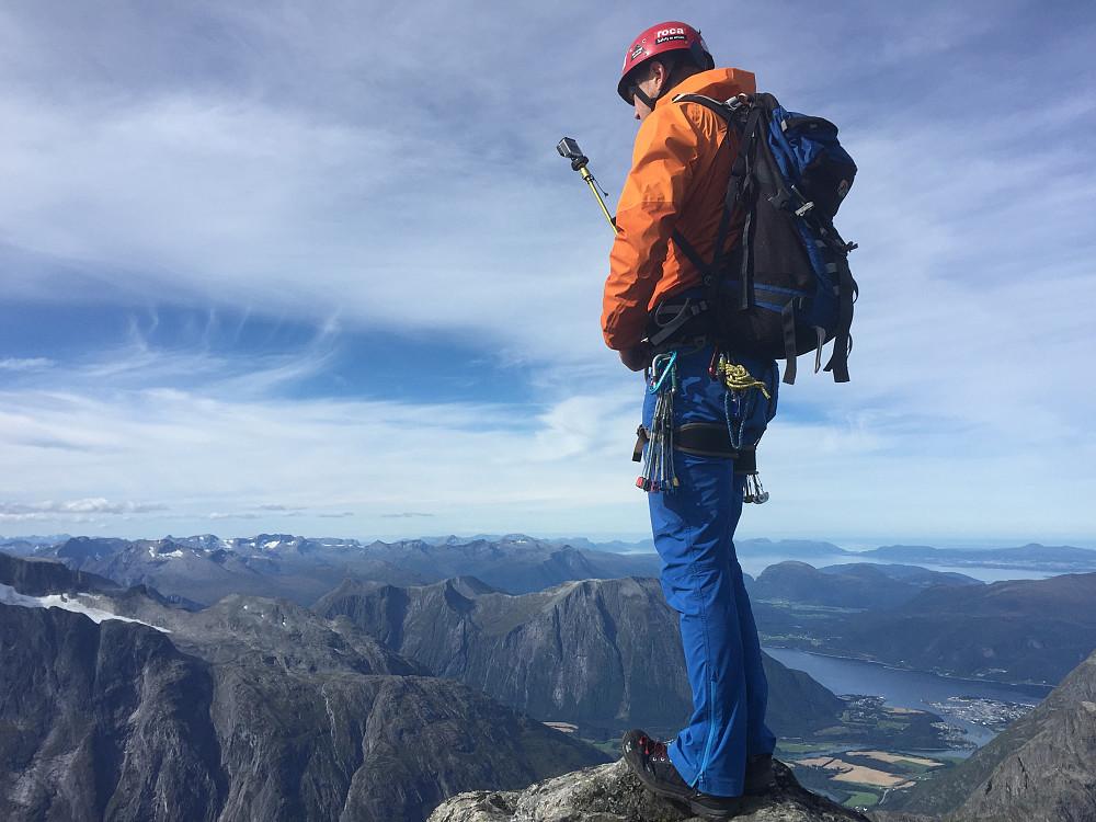 Fotograf Arnt Owe betjener GoPro-kamera på toppen