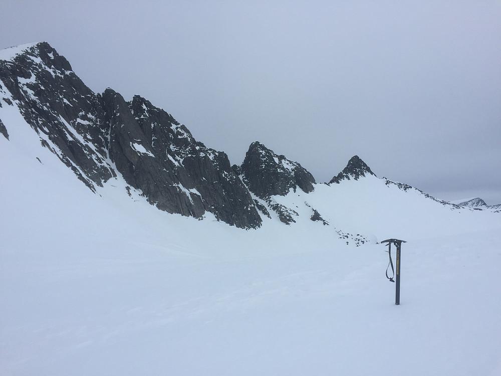 Kort sjokoladepause mellom Søre Klauva og Klauva. Klauva til venstre i bildet og Ivertoppen til høyre