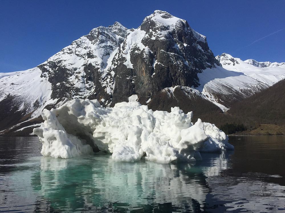 Isfjell. Fjelltoppen vi skal til ligger rett bak