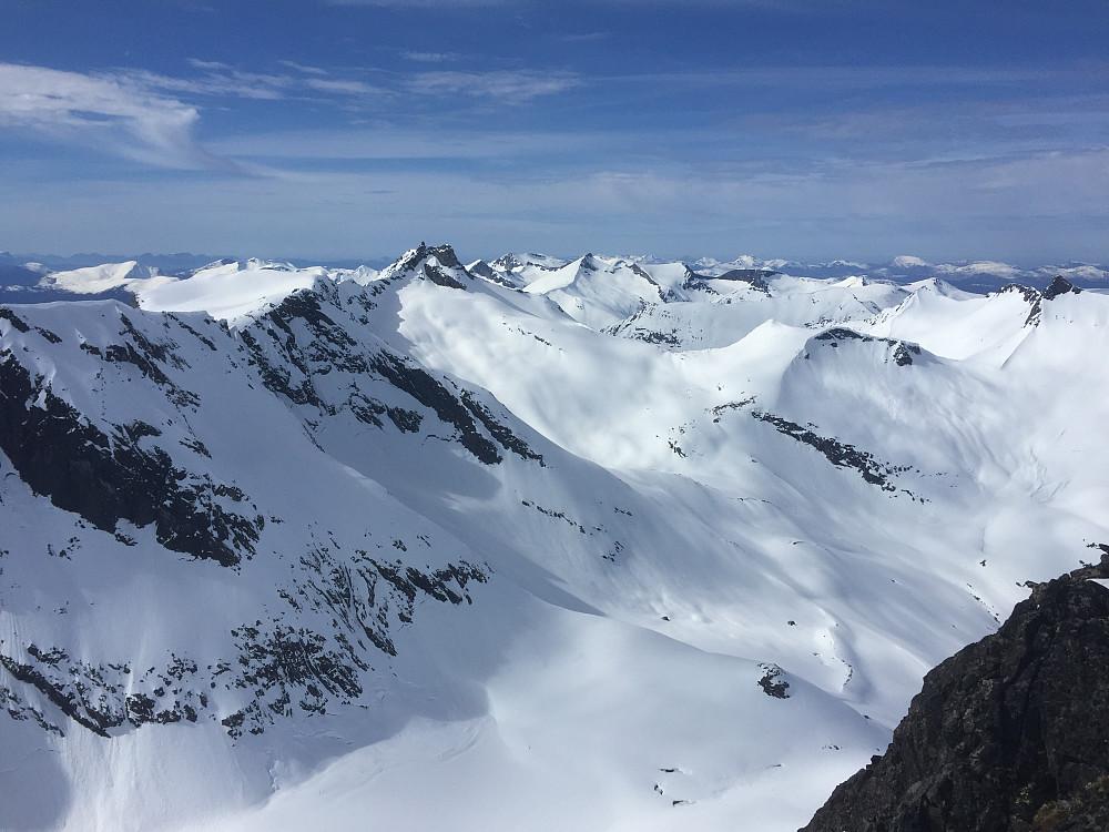 Utsikt mot Gjuratind og Isfjordfjella osv.