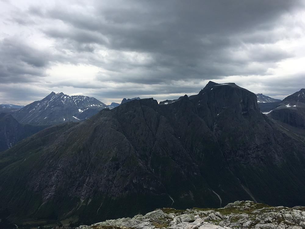Utsikt mot Venjetindene og Trolltindene på toppen av Ølmannstinden.