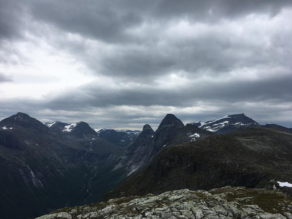 Innover mot Trollstigen sett fra Ølmannstinden
