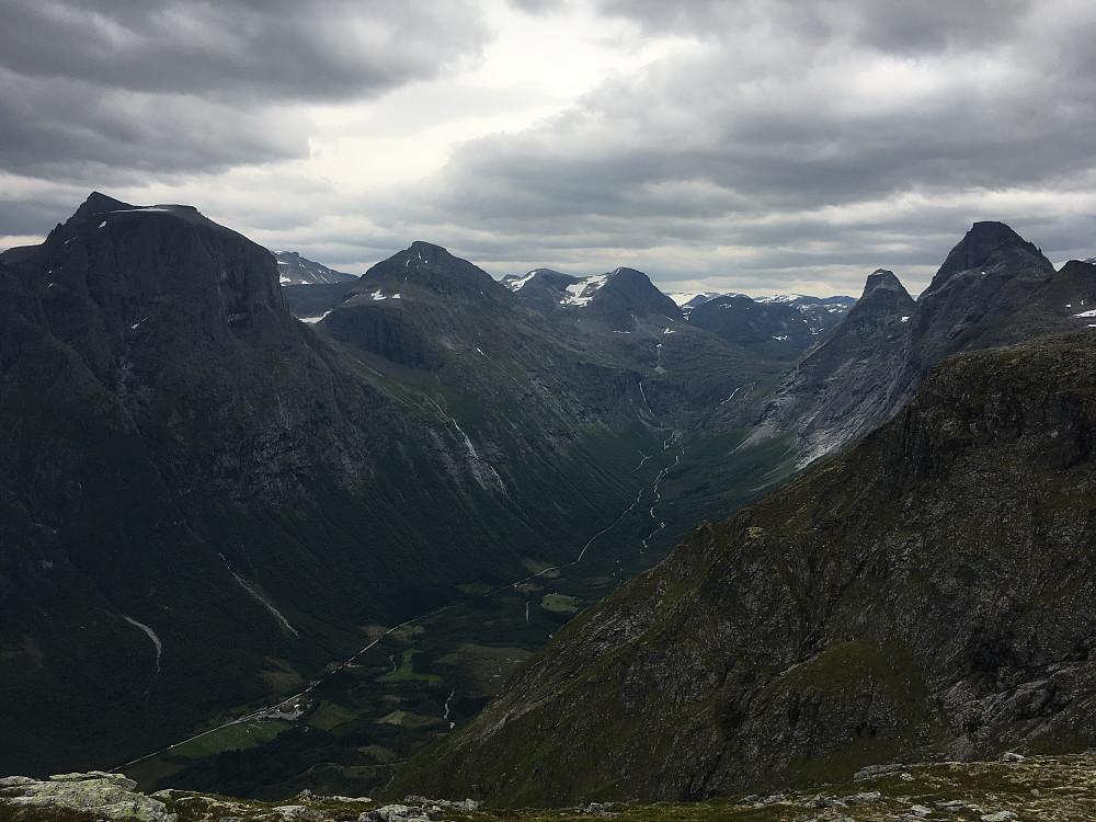 Flott utsikt mot trollstigen fra Brøttfonntinden