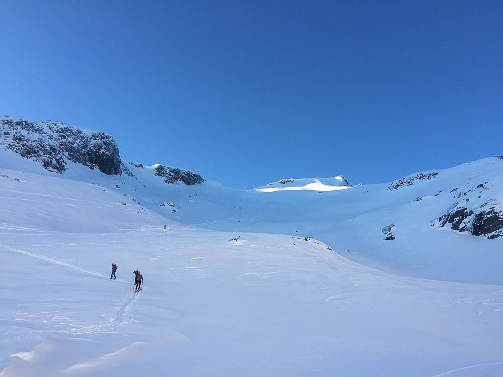 På veg opp. Mange folk på fjellet i dag.