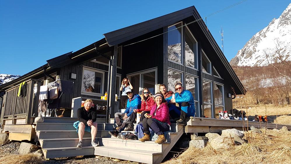 Det poseres på After ski ved hytta