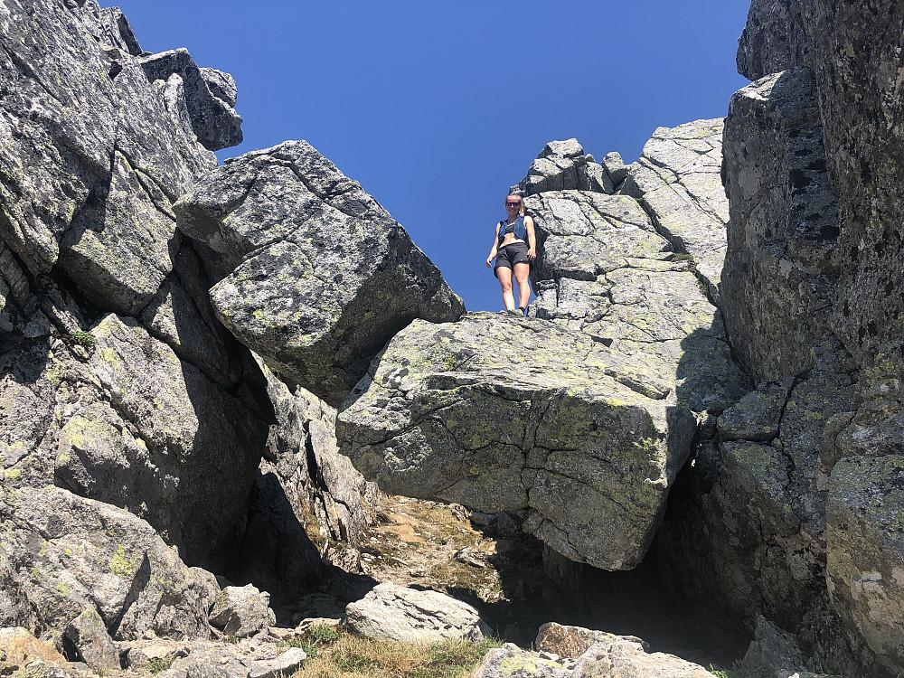 Steinbrua mellom fortoppen og hovedtoppen til Tvillingan nord