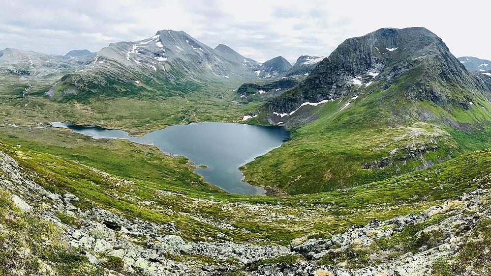 Måsvatnet med Klauva, Søra-Klauva, Skarven og Måsvasstind liggende i bakgrunnen