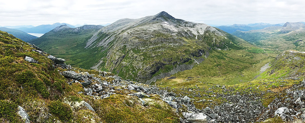 På vei ned fra Skorkkenfjellet mot Snarketinden (Hardskaret)