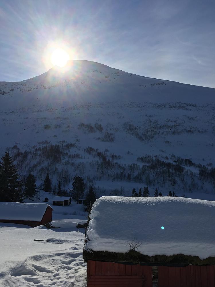 Dagens opprinnelige turmål, Skjorta. Dessverre kom vi oss ikke dit i dag.  12.mars i fjor var det betraktelig mer snø både i Kanndalen og opp mot Skjorta. I fjor kunne Setertakene brukes som hopp. Det kunne de ikke i dag.
