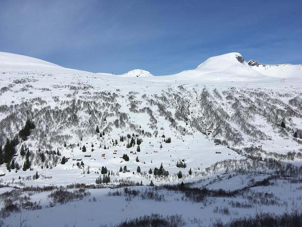Utsikt ned på Kanndal-setra fra Skjorte-sida. Utsikt til bl.a Trolltinden og toppen Sørvest-for-Trolltinden.