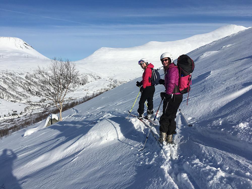Astrid og Anke klar for nedkjøring til Kanndalen igjen.