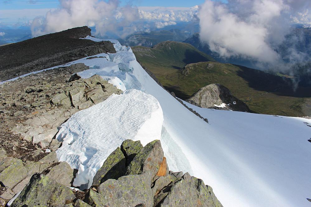 Fortsatt mye snø igjen i skavlen på østsiden av ryggen.