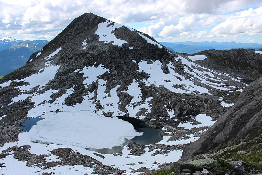 Fortsatt mye snø i fjellet og islagte vann.