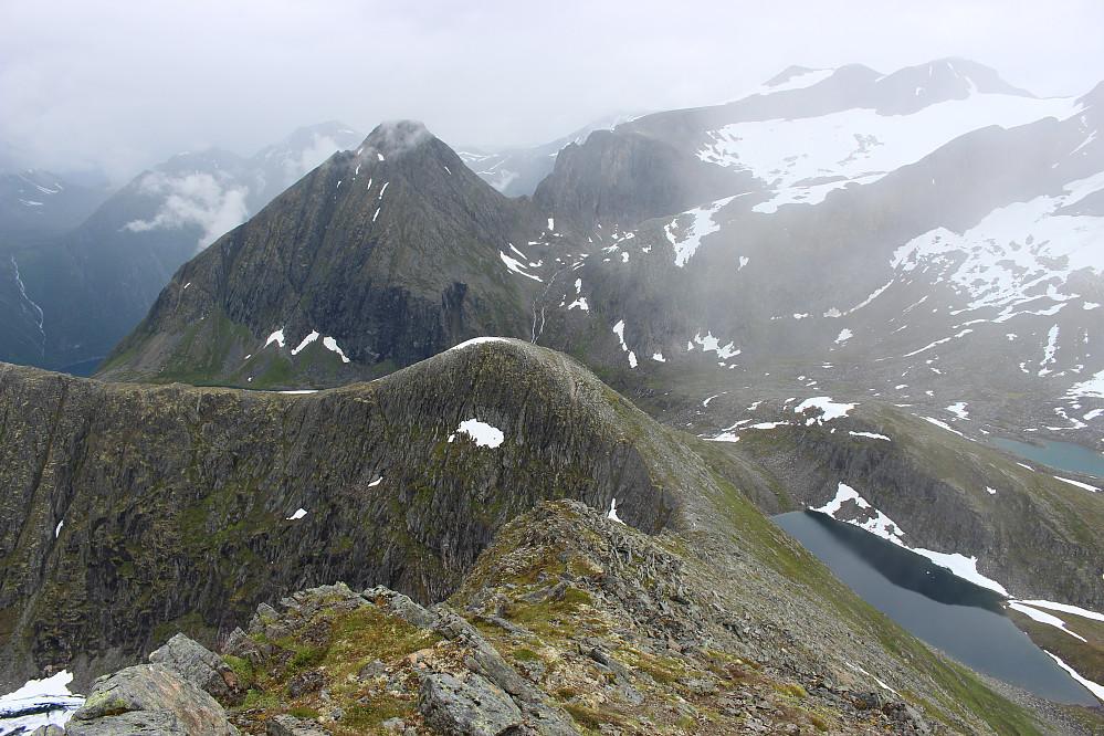 Viser ryggen vi fulgte til toppen. Svartvatnet nederst til høgre.