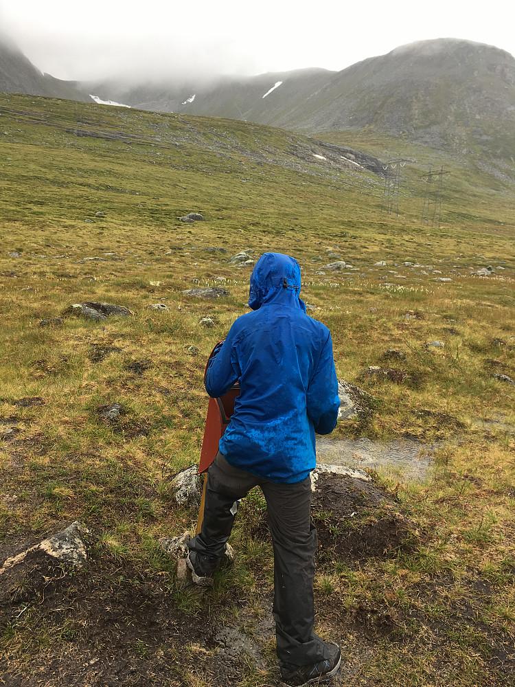 Stikkut-posten i Nordmørskaret. Trolltind skjuler seg bak skodda.