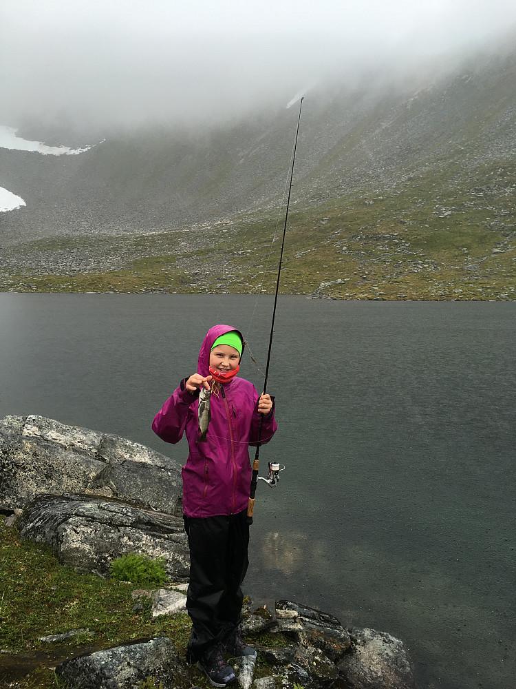 Fiskerjenten vår dro i land en liten aure.