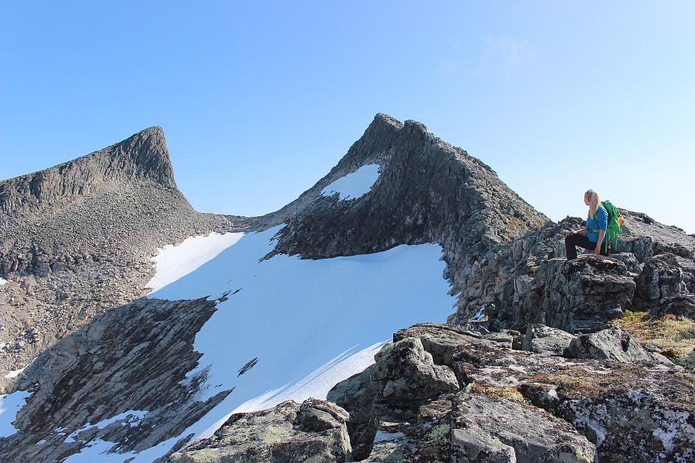 Astrid med Staveskoren i bakgrunnen. Her på ca 1400 meters høyde.