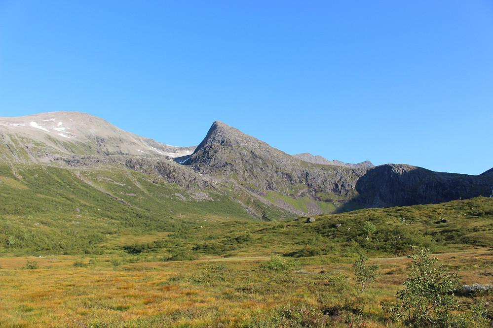 Fjellet vi gikk på i dag sett fra Kanndalen. Det spisse rett fram, ligger øst for Frusalvatnet, og vest for Ryssdalsnebba til høyre i bildet.