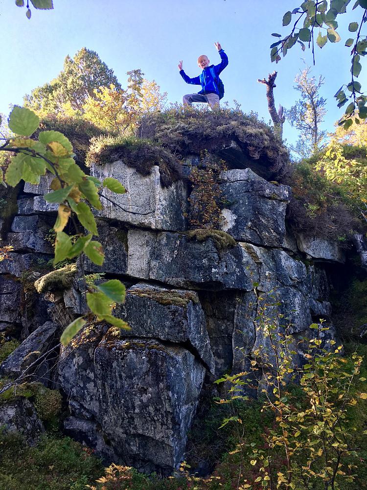 Bård ville ikke følge stien opp på Uffsalen, men utforske terrenget rett opp. Slik som rett opp denne hindringen. Den eldste av oss gikk irundt hindringen, men hang på ellers.