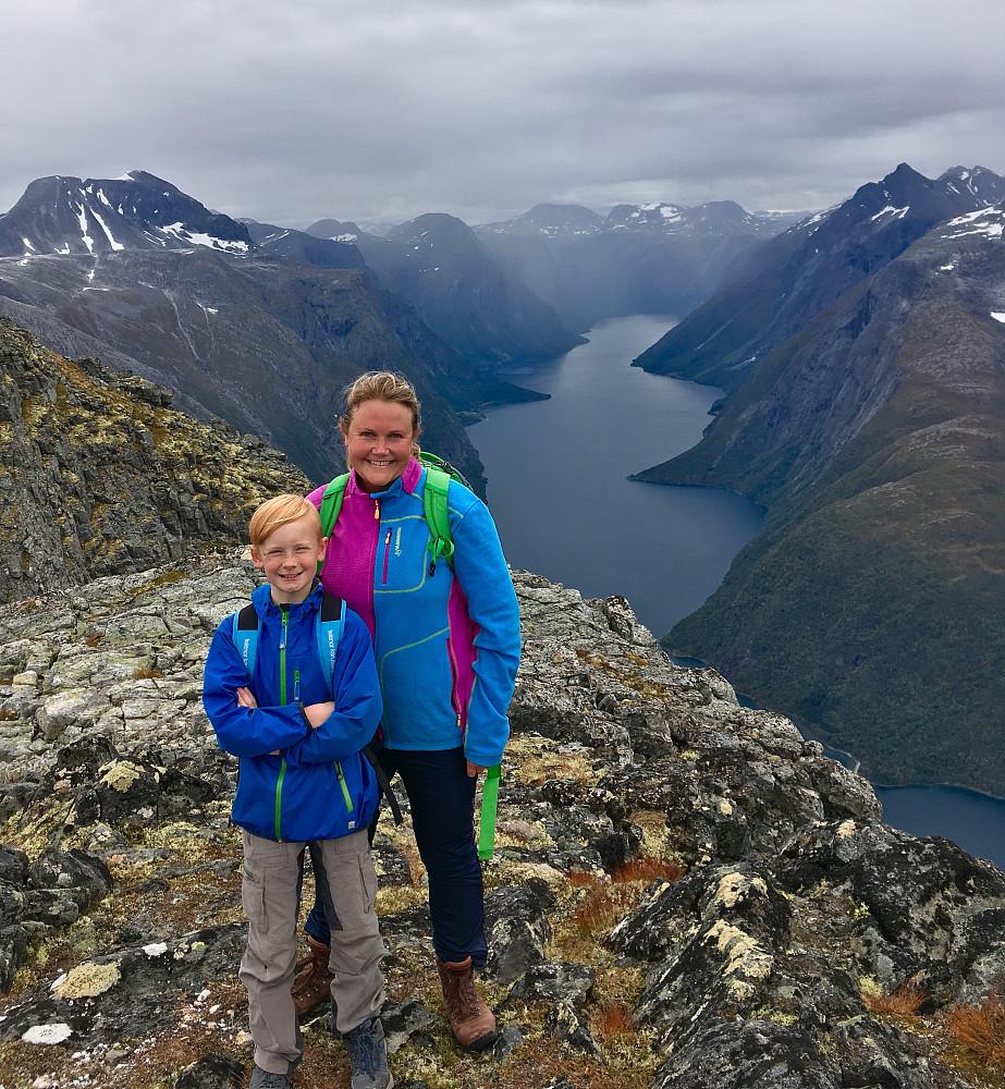 Mor og sønn på den midterste Goksøyra-toppen.