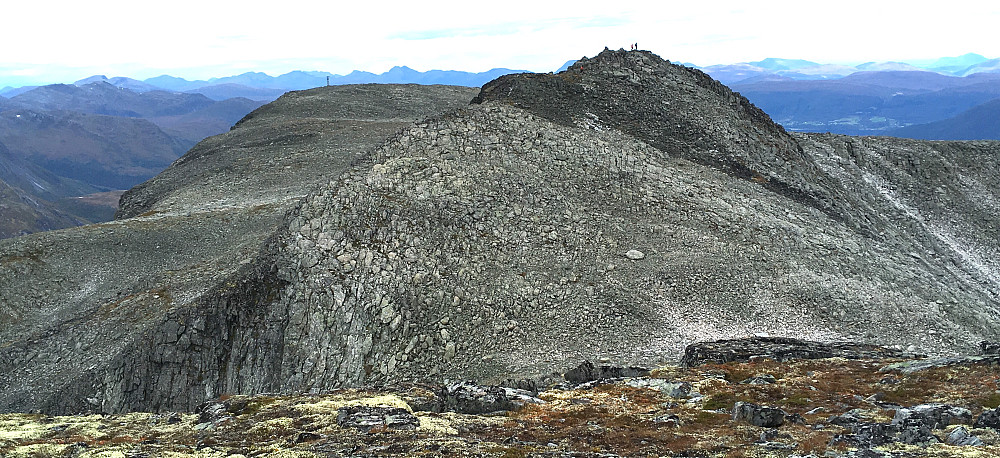 Utsikt fra høgste Goksøyra-topp over mot Nordre Goksøyra, som er to meter lavere og videre Vest for Nordre Goksøyra nede i området hvor antenna skimtes.