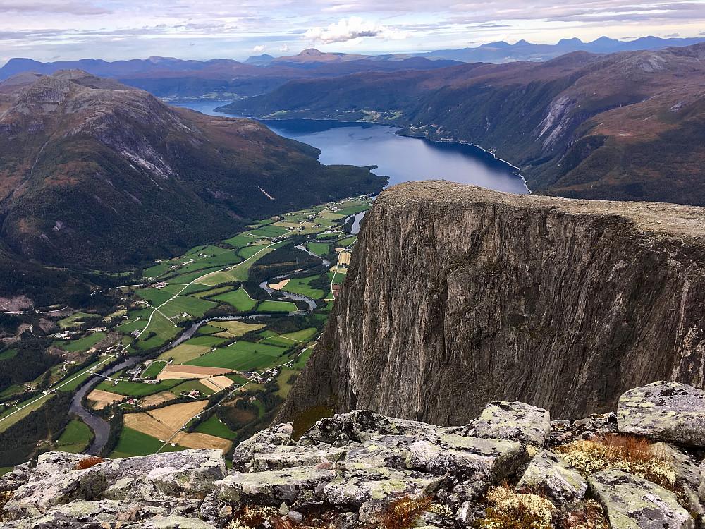 Ved Vest for Nordre G. har man fin utsikt ned i Eresfjorden og videre utover mot Bugge. Mange som tok turen opp til postkassa her denne dagen. Her ser vi rett ned på Lille-Goksøyra og platået som basehopperene bruker å kaste seg rett utfor.