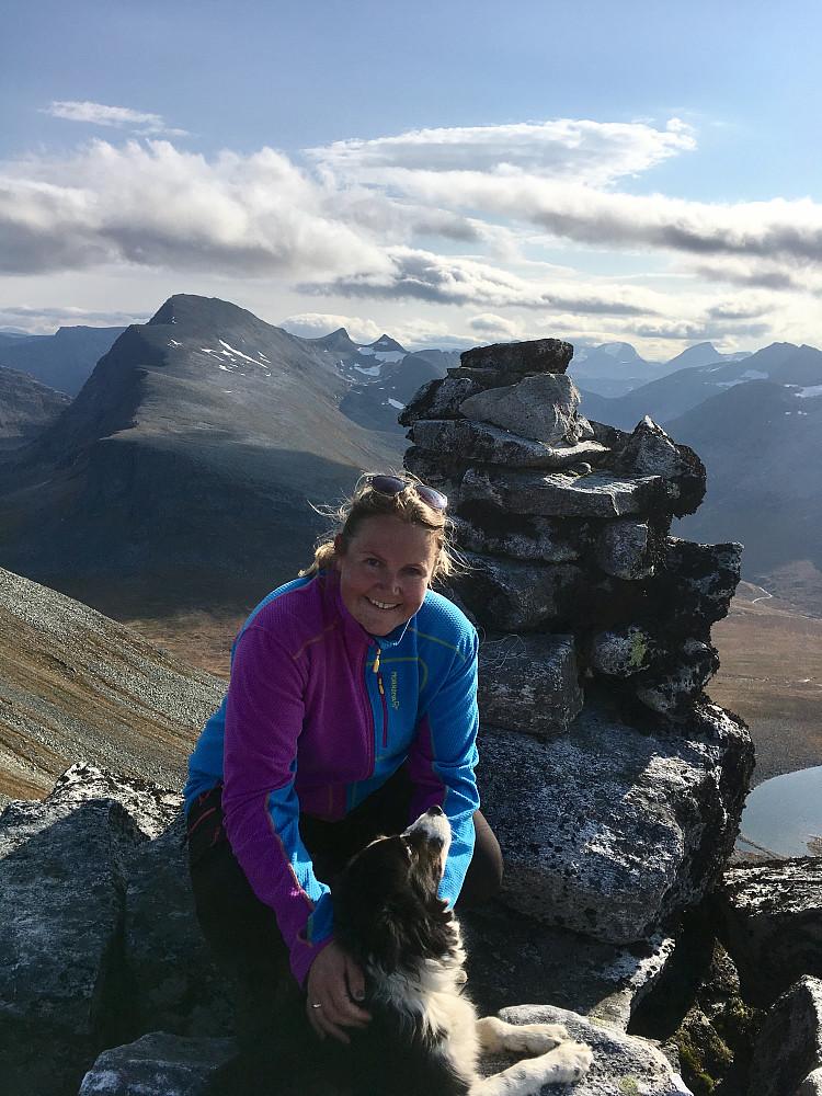 Meg og Din på toppen. Mange år siden sist jeg var her uten ski. Ryssdalsnebba og Frusalen/Stavskoren i bakgrunnen.