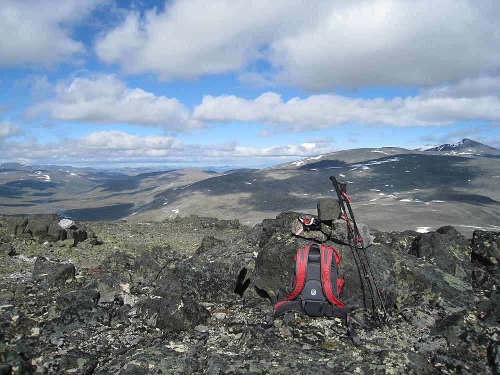 Fra Styggehø mot Nautgardstind og Hestlægerhøer til høyre, Veslekjølen rett til venstre for varden.