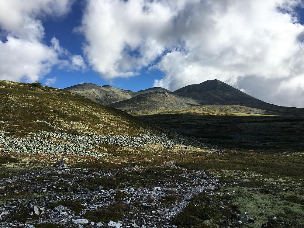 Smiukampen til høyre, Bråkdalsbelgen bak til venstre, sett fra Peer Gynt hytta