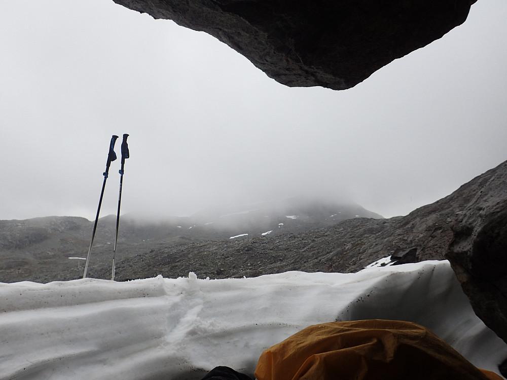 Fant en stein jeg kunne krype innunder for litt ly for regn og snø på veien opp til Storegut