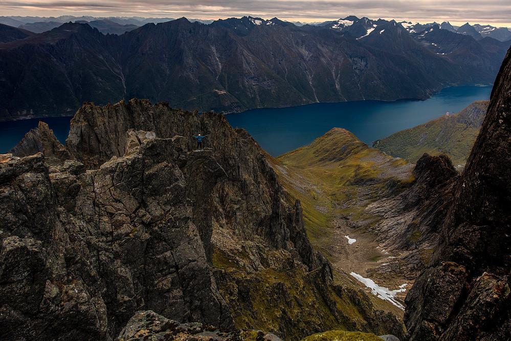 Et skikkelig krem bilde, jeg står på blokken og nyter utsikten utover Hjørundfjorden. Foto: Paal Uglefisk Lund