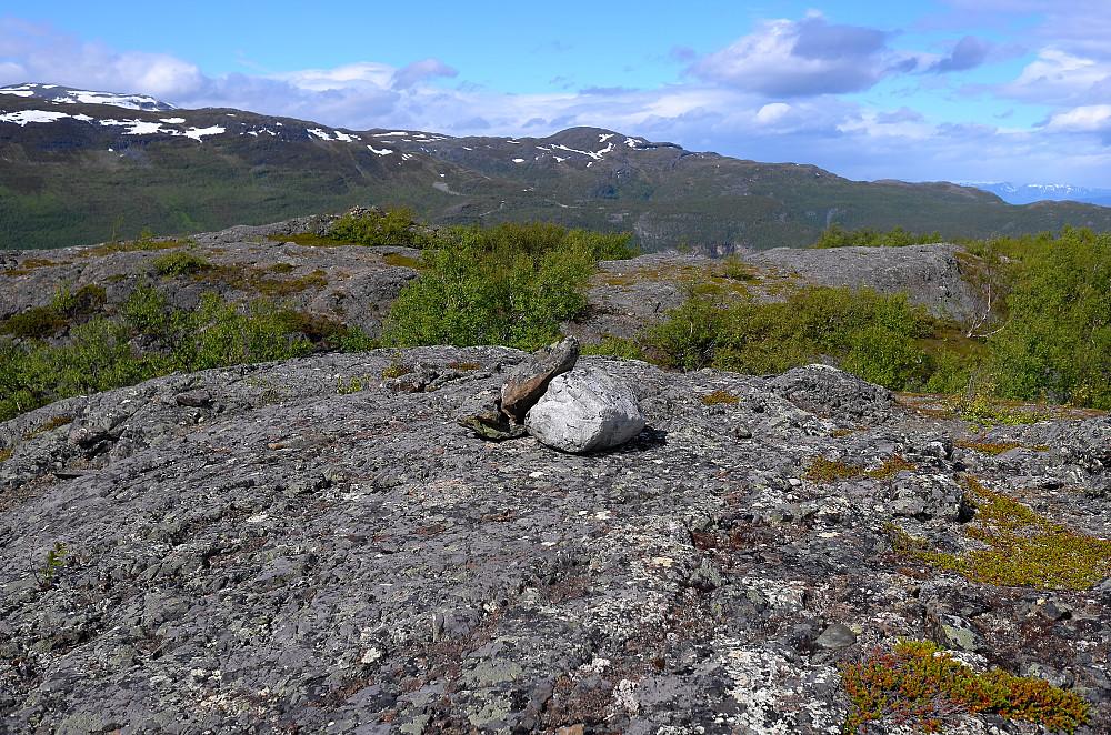 Steinrøysa sees litt nord for toppen