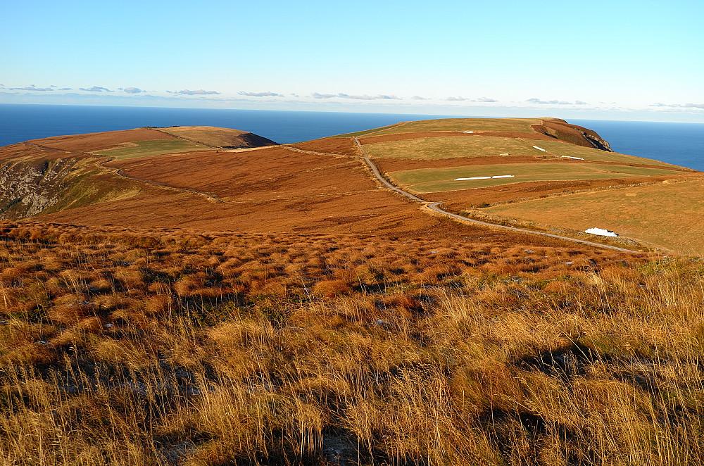 Av plassmangel ble det opparbeidet et stort Jordbruksområde på fjellet