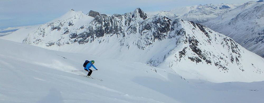 Arnt Owe knekker på nedover fjellet.