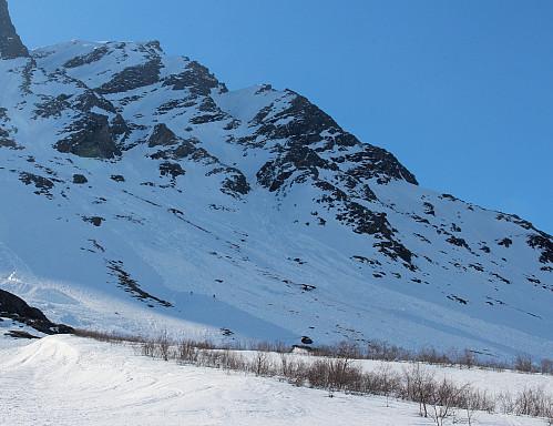 Et par andre skiløpere tråkker spor for oss mellom rasa.