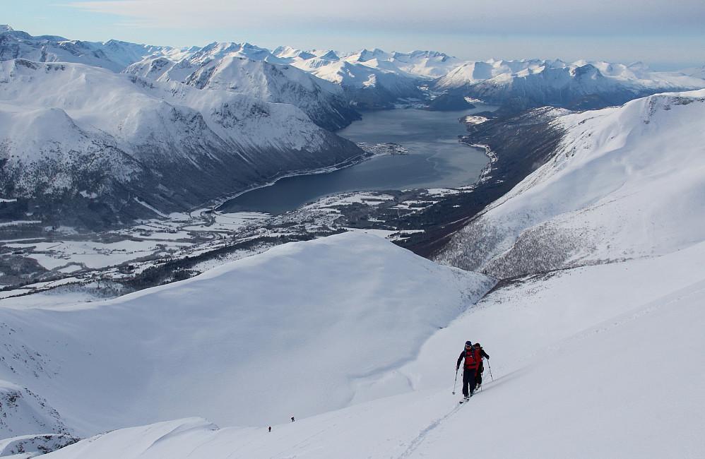 Nærmer oss toppen med Isfjorden under.