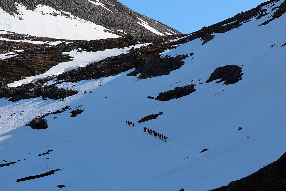 Tog av skiløpere på veg mot Stigbotnen.