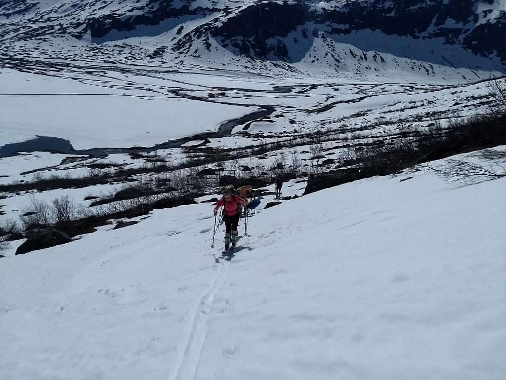 Fortsatt greit med snø opp lia fra Slettvikane.