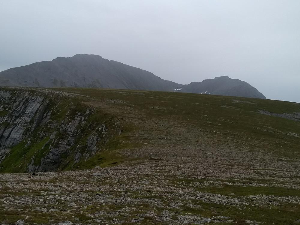 Regnbyge passerer Blåskjerdingen og Tindfjellet. Husnakken i forgrunnen.