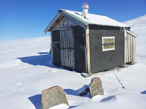 """Hytta """"Alaska"""" ved Snøfjellstjønnin. Her ble det mange overnattinger på slutten av 70-tallet og første spire til min friluftsinteresse ble sådd.."""