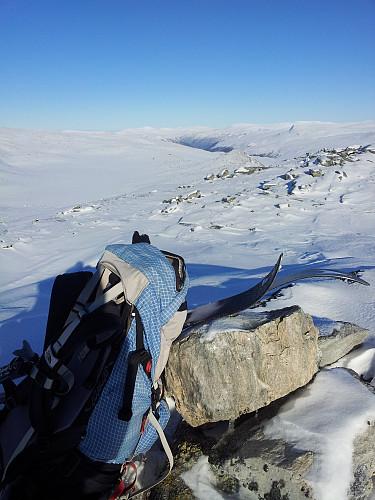 """På Ingehøa. Flatbekktjønna og Åmotsdalen i bakgrunnen. Og en """"ny"""" liten topp litt til høyre for midten av bildet.."""