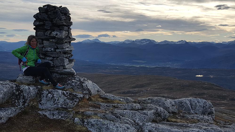 På Hjelmkona - Trollheimen i bakgrunnen; Snota til venstre rett bak Honnstadknyken