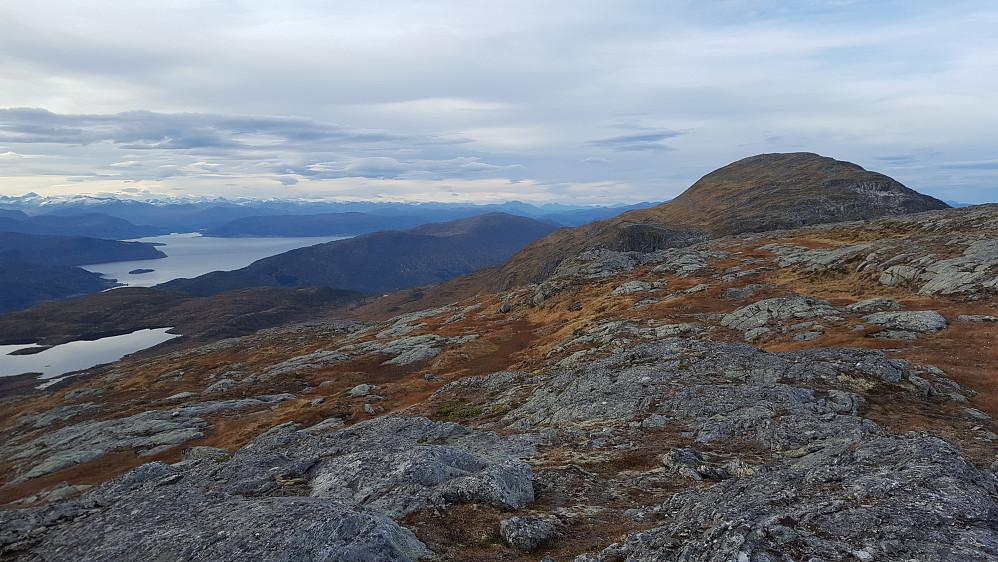 Utsikt fra Hjelmkona - Hjelmen til høyre