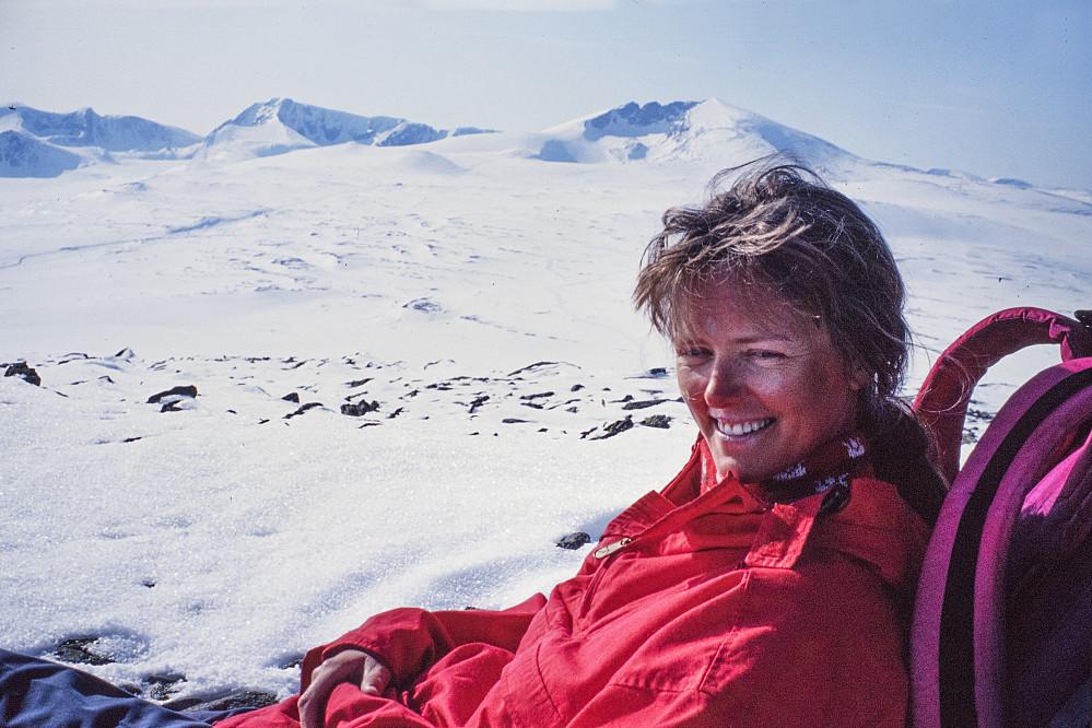 På turens siste topp; Kolla (1651 moh) med Snøhetta- og Svånåtindmassivet i bakgrunnen