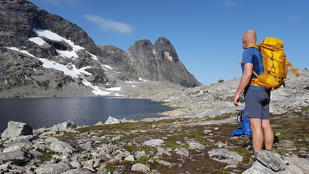 Morgenstemning ved Olaskarsvatnet med Romsdalshornet i bakgrunnen