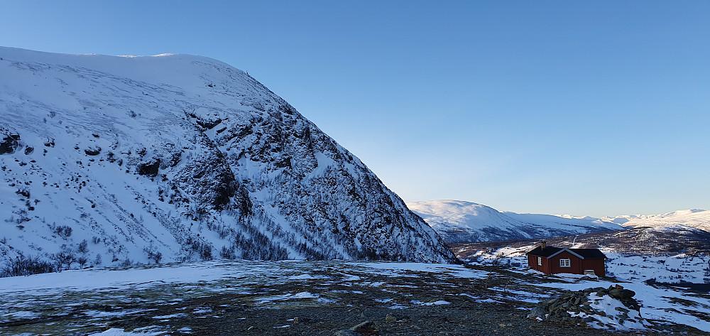 Dagens første topp (Våtåhaugan) med Allmannberget i bakgrunnen.