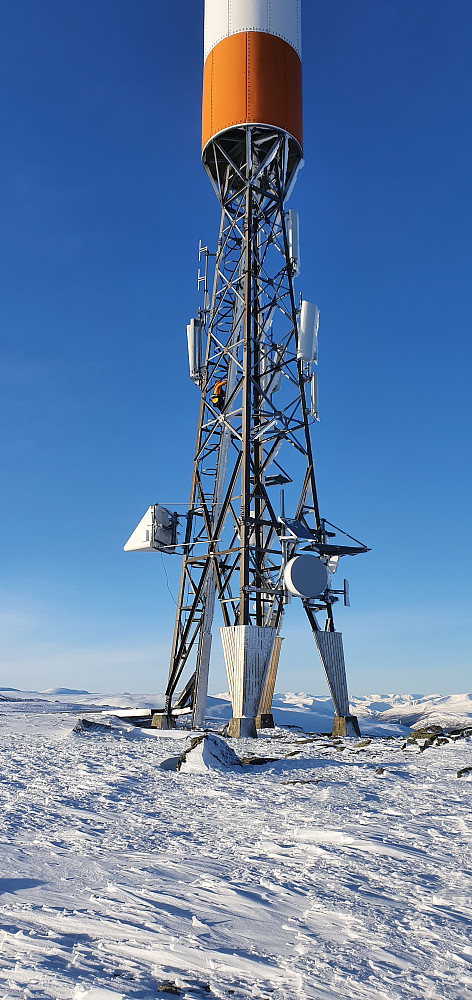 Arbeidsfolk i masta på Allmannberget benyttet også en fin dag :)