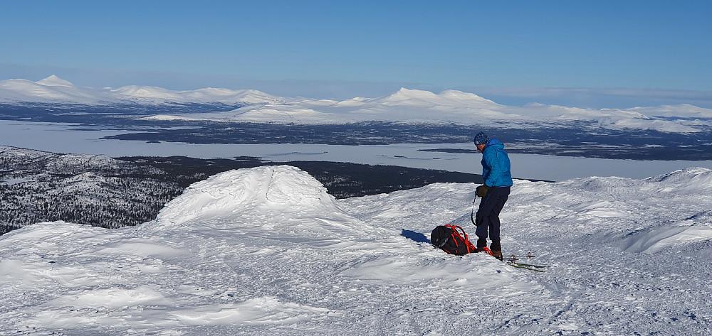 Dagens første topp - Storslåga. Elgspiggen til venstre; Sålekinna rett bak Otto :)